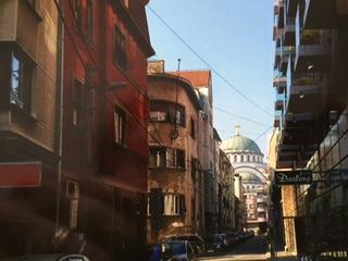 Ruffig Belgradgata med Sv Sava-kyrkan i bakgrunden