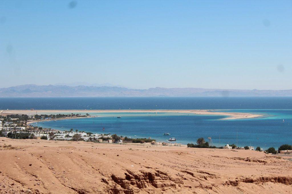 Överblick över vackra Dahab. Foto Tanis Newman