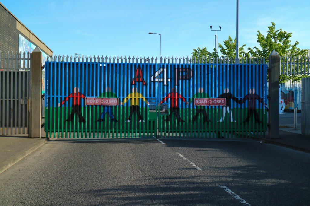 Muralmålning i Belfast peace wall